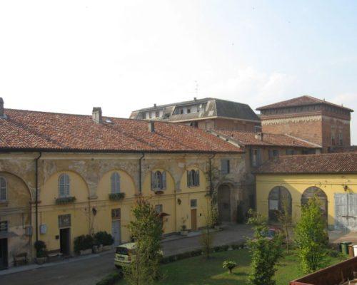 Vista della antica galleria, ora suddivisa in appartamenti soppalcati. A destra si scorge la torre, parte più antica del castello/palazzo. La sua costruzione risale probabilmente a metà del '400.