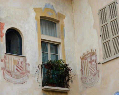 """A sinistra si può notarelo stemma della zia di Cristina (Beatrice Serbelloni Trivulzio) appena sotto all'appartamento detto """"Cappuccina""""; A destra lo stemma di Cristina stessa (Trivulzio Belgiojoso)."""